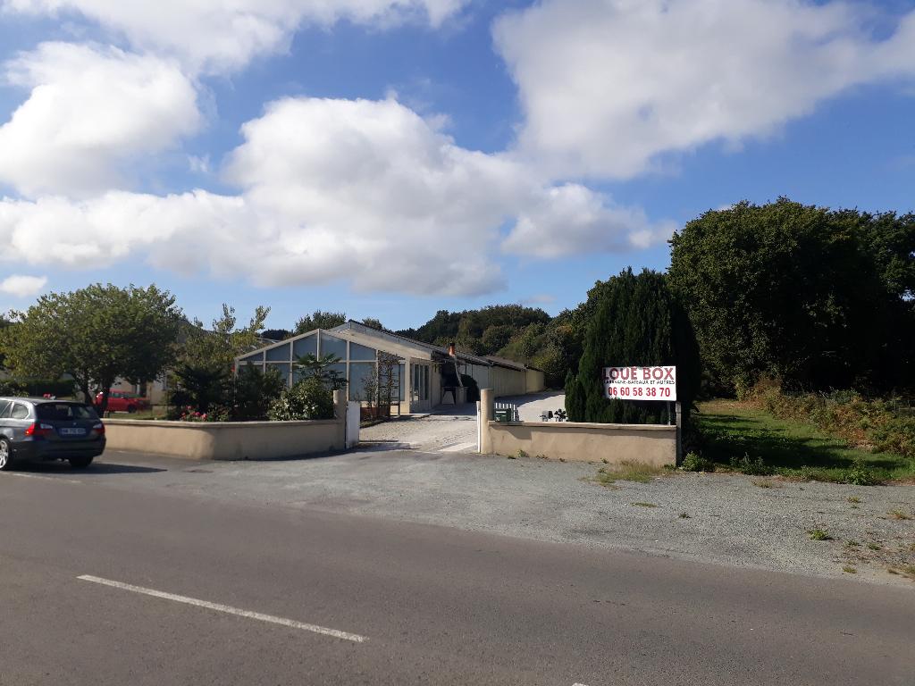 35 - Maison d'habitation avec ensemble de garages loués